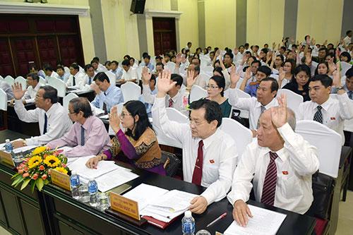 Đại biểu HĐND tỉnh khóa X biểu quyết thông qua danh sách đề cử Chủ tịch HĐND tỉnh khóa X. Ảnh: Ngọc Lân