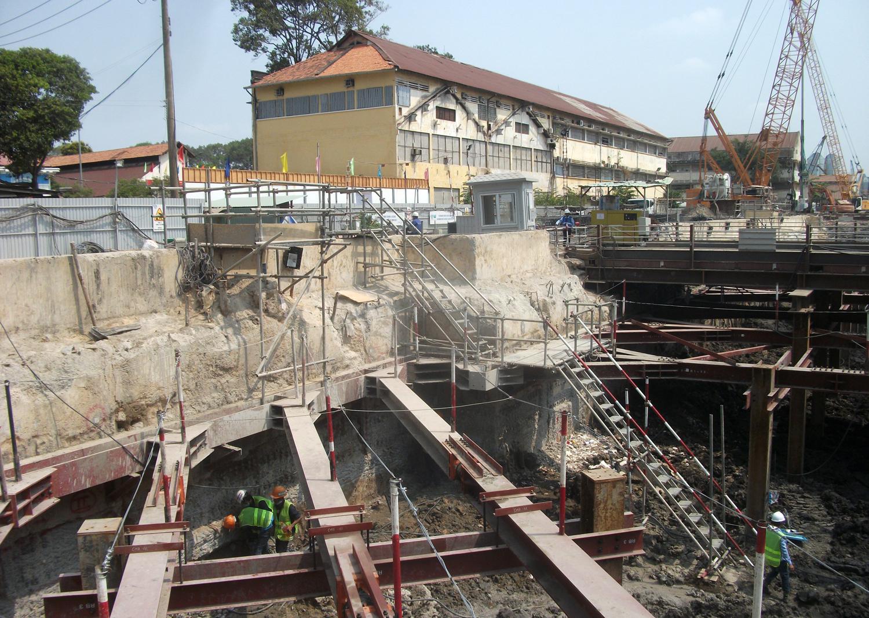 Theo các chuyên gia, dự án đang được thi công bất kể ngày đêm để tranh thủ mùa mưa đến