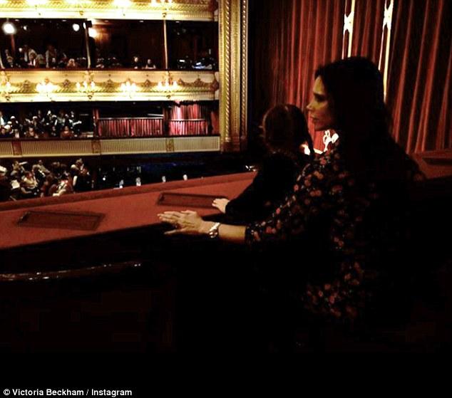 Dù bận rộn, Vic vẫn luôn hoàn thành vai trò của người phụ nữ trong gia đình. Trong ảnh, cô đưa các con tới xem buổi trình diễn ba-lê.