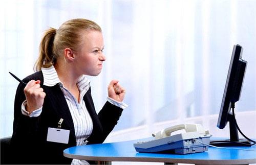 Bàn làm việc kê đúng phong thủy, tránh đối diện tường sẽ tạo cảm giác thoải mái hưng phấn trong công việc