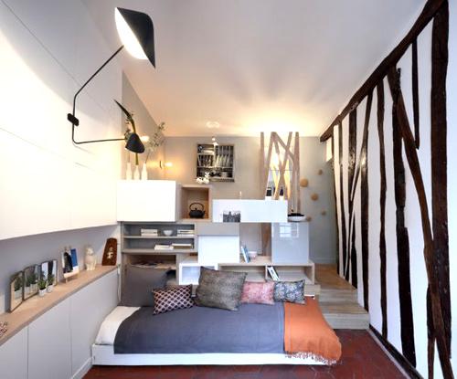 Với diện tích chỉ 12m2, căn phòng này không thể thiết lập các phòng độc lập mà được phân chia thành hai phần chính. Phần trên gồm bếp, phòng ăn, phòng tắm. Phần dưới dành để tiếp khách và ngủ.