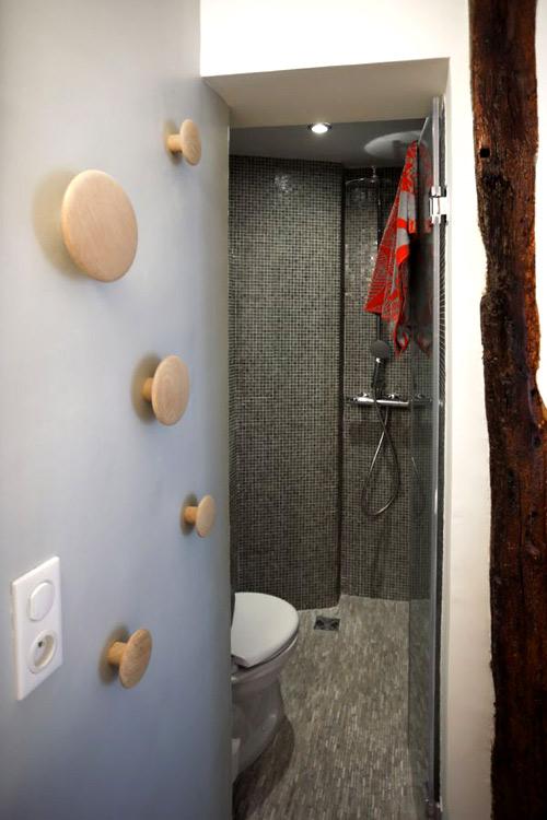 Nhà vệ sinh được che giấu khéo léo tại góc trong cùng của căn phòng.