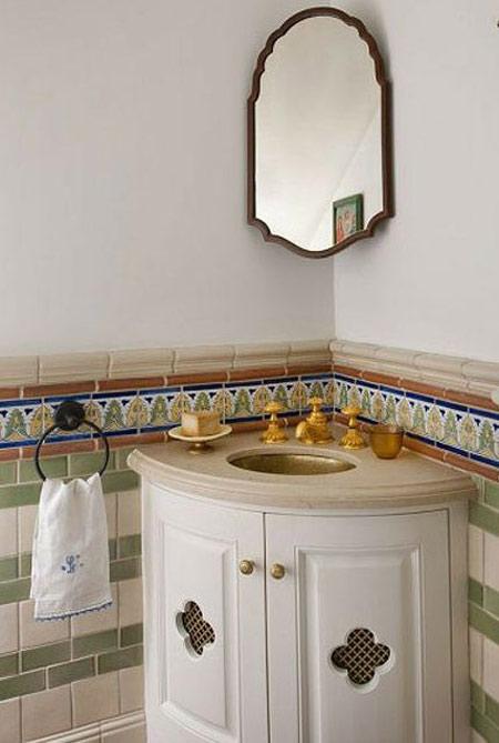 Thay vì sử dụng mảng gương lớn treo tường, hãy treo gương nhỏ ở góc tường sẽ phần nào giúp góc nhỏ này thêm thú vị.