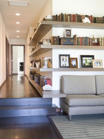 Bạn không còn nhận ra các góc nhà với kiểu tủ trang trí dọc bức tường.