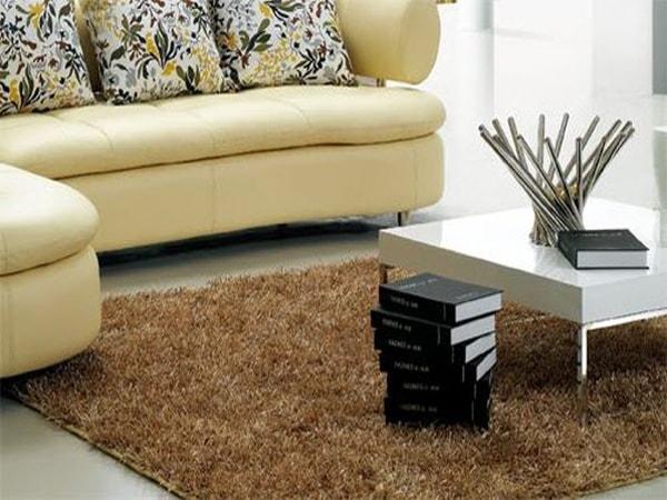 Hãy tránh tình trạng một phần bàn kê lên thảm, một phần lại dư thừa bên ngoài.
