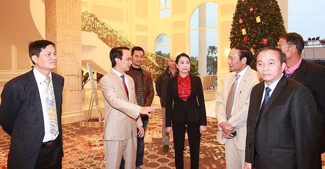 Ông Trịnh Văn Quyết, Chủ tịch HĐQT Tập đoàn FLC và bà Hoàng Thị Thúy Lan, Bí thư Tỉnh ủy, Chủ tịch Hội đồng Nhân dân tỉnh Vĩnh Phúc đón tiếp kiều bào tại sảnh FLC Hotel Vĩnh Thịnh.