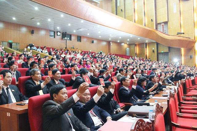 Các đại biểu biểu quyết thông qua danh sách bầu cử Ban Chấp hành Đảng bộ tỉnh khóa XVIII