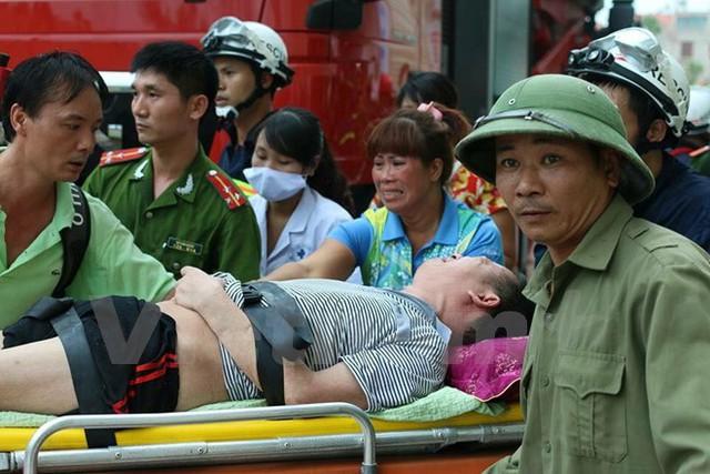 Một nạn nhân được giải cứu tại khu chung cư HH4a Linh Đàm bị cháy.