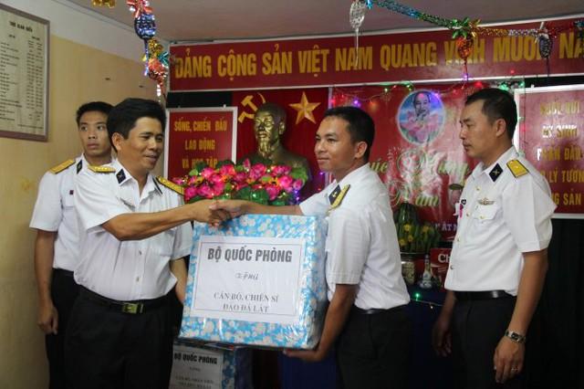 Những phần quà xuân của đất liền gửi ra hải đảo chúc tết quân dân Trường Sa - Ảnh: Trần Mai.