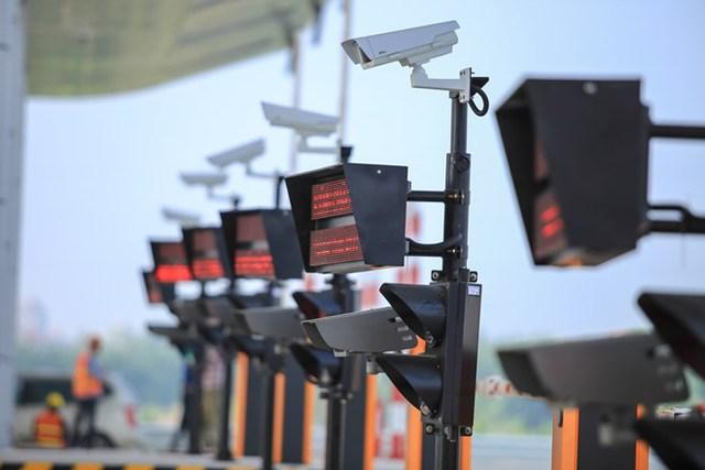 Các camera giám sát biển số phương tiện vào trạm thu phí được lắp đặt dày đặc để phục vụ cho lượng xe lưu thông trên tuyến đường.