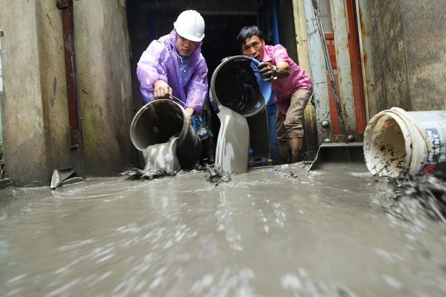 Nước rút, bùn đọng lại khiến công tác dọn dẹp của dân gặp rất nhiều khó khăn       Ảnh: NGUYỄN KHÁNH