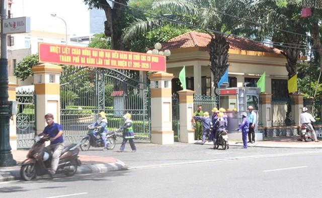 Công nhân tập trung trước cổng Thành ủy Đà Nẵng trưa 10-8 - Ảnh: Đoàn Cường