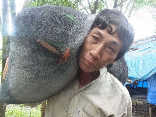 Sau khi xài hết tiền bán đất, ông Cao Ngọc An (ấp Bãi Vòng, xã Hàm Ninh) trở lại cuộc sống nghèo khó, bệnh tật, hằng ngày kiếm sống bằng từng chuyến biển  Ảnh: TIẾN TRÌNH