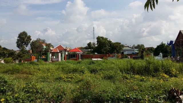 Nhiều hộ dân sinh sống trong dự án 5 Sao cho rằng nằm cạnh khu dân cư là một nghĩa trang lớn, do vậy khách hàng đã mua nền đất ở đây chưa dám dọn về sinh sống.