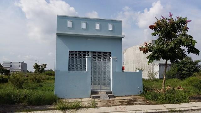 Một căn nhà tái định cư nằm đối diện với nghĩa trang trong dự án 5 Sao đang được rao bán lại.