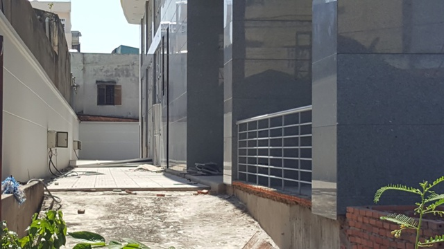 Một phần lối đi của chung cư đã được xây gần như hoàn thiện. Nhiều người tỏ ra tiếc nuối khi nhìn vào dự án, bởi nếu tiếp tục để thế này thì chắc chắn dự án sẽ xuống cấp nhanh chóng.
