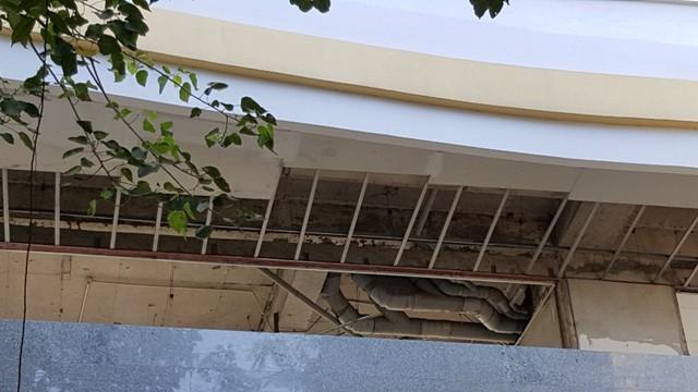 Những hạng mục còn dang dở bên trong tòa nhà.