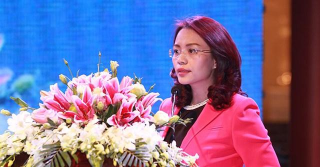 """Bà Hương Trần Kiều Dung - Tổng giám đốc Tập đoàn FLC - phát biểu chào mừng bà con kiều bào tham dự chương trình """"Xuân yêu thương"""" tại FLC Vĩnh Thịnh Resort."""