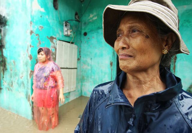 Bà Trần Thị Hợi - một người dân tại phường Hà Khánh, TP Hạ Long (tỉnh Quảng Ninh) - bật khóc khi đồ đạc trong nhà bị nước lũ cuốn trôi  Ảnh: NGUYỄN KHÁNH