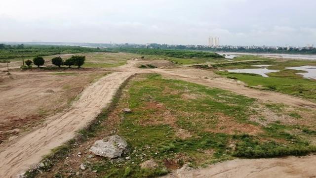 UBND TP Hà Nội yêu cầu UBND phường Long Biên giải tỏa toàn bộ phần đất đã đổ tôn cao tạo mặt bằng bãi sông, trả lại hiện trạng ban đầu, thời gian hoàn thành trước ngày 30/7/2015.