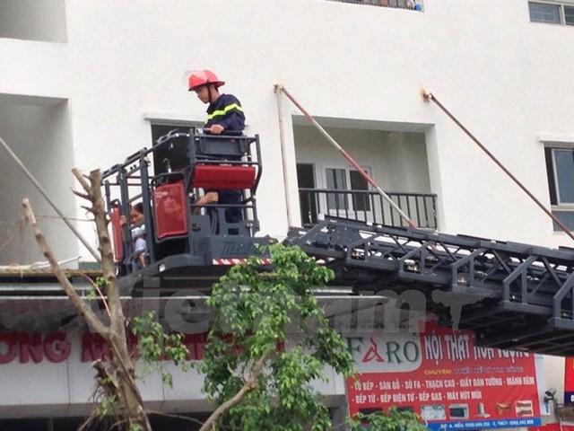 Xe thang của cảnh sát phòng cháy chữa cháy giải cứu người bị mắc kẹt trong tòa nhà HH4a.