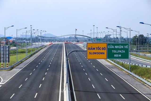 Tuyến đường có bề rộng mặt đường là 33m, 6 làn xe, 2 làn dừng khẩn cấp, vận tốc thiết kế là 120km/giờ và tốc độ tối thiểu là 60km/giờ.