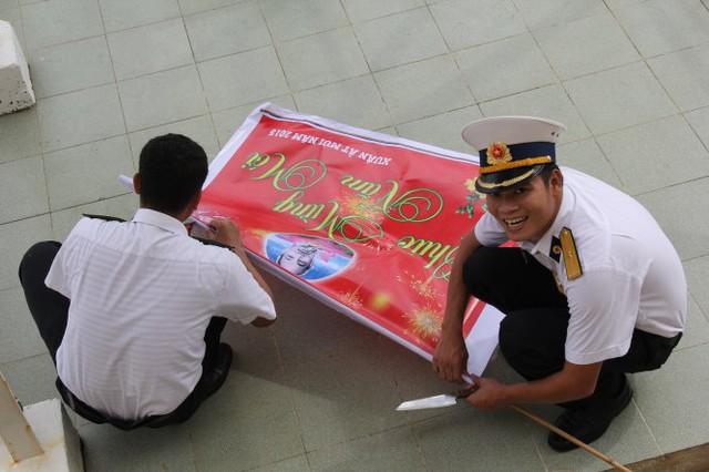 Băng rôn mừng xuân Ất Mùi được các chiến sĩ chuẩn bị treo lên đón tết - Ảnh: Trần Mai.