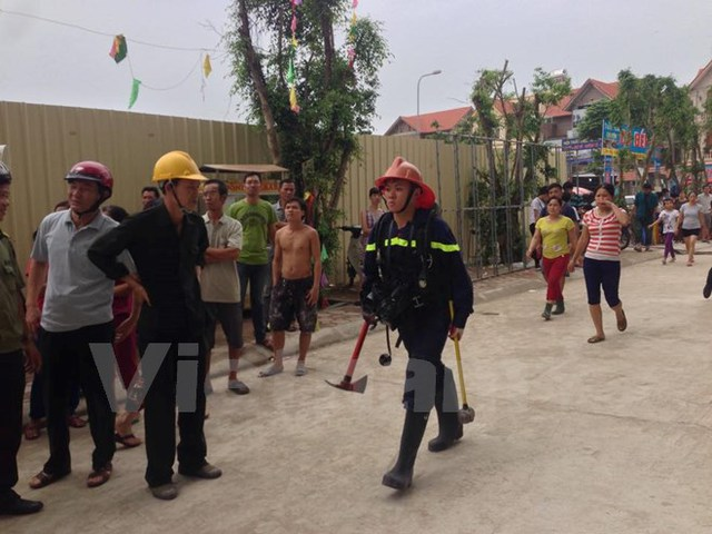Cảnh sát chữa cháy phải dùng búa, rìu để phá cửa giải cứu những người bị mắc kẹt trong tòa nhà.