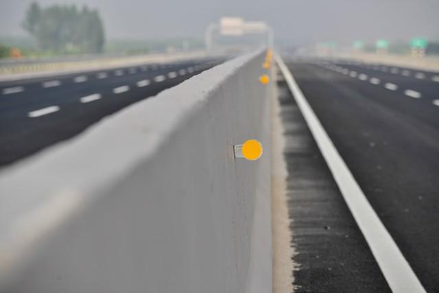 Hệ thống phản quang được lắp chạy dọc giải phân cách của tuyến đường.