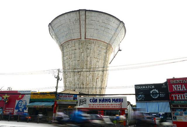 Thủy đài bỏ hoang trên đường Nguyễn Tất Thành, P.13, Q.4 - Ảnh: Hữu Khoa