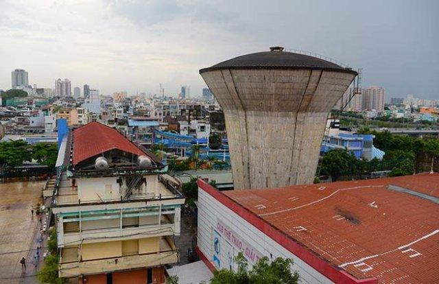 Thủy đài lâu đời, bỏ hoang trên đường Võ Văn Kiệt, Q.5 - Ảnh: Hữu Khoa