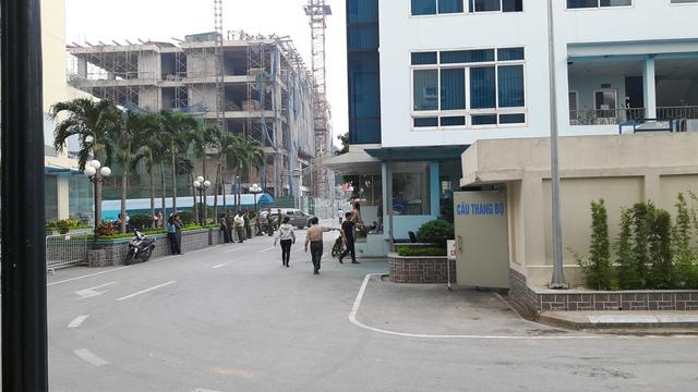 Lực lượng công an có mặt tại hiện trường để đảm bảo an ninh cho vụ cưỡng chế.