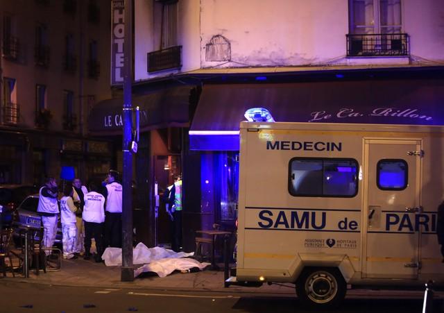 Nhân viên y tế ở bên ngoài nhà hàng