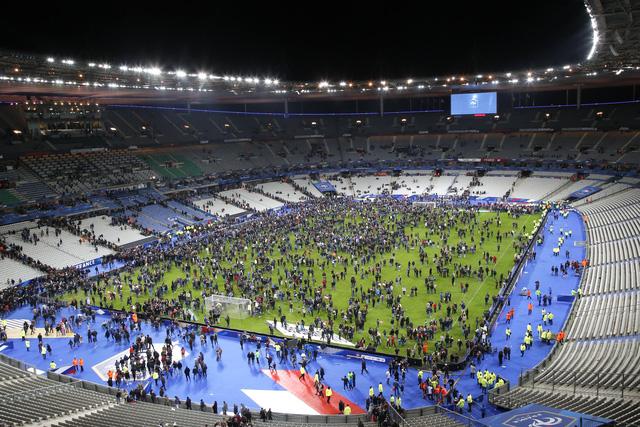 Ở đây đang diễn ra trận bóng đá giao hữu giữa Pháp và Đức.