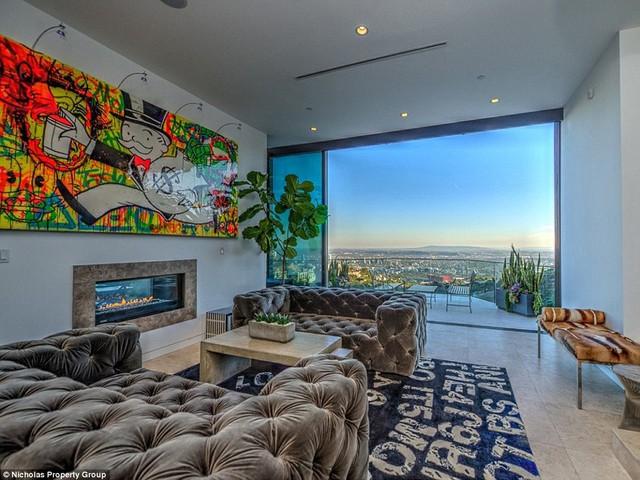 Phòng khách rất thoáng đãng và có tầm nhìn ra thành phố. Từ vị trí đắc địa như vậy, triệu phú trẻ Jordan có thể phóng tầm mắt ra xa tận chân trời.