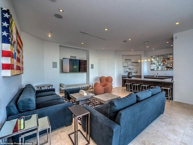 Một phòng khách hiện đại đưới tầng một là một nơi lý tưởng cho các hoạt động vui chơi giải trí.