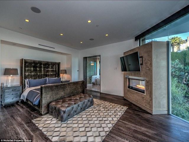 Ngôi nhà có 3 phòng ngủ, các phòng đều được trang bị những thiết bị rất tiện nghi và hướng ra ngoài ban công.