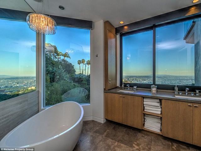 Phòng tắm rất rộng có một bồn tắm xinh xắn và buồng tắm đứng chan hòa ánh sáng mặt trời.