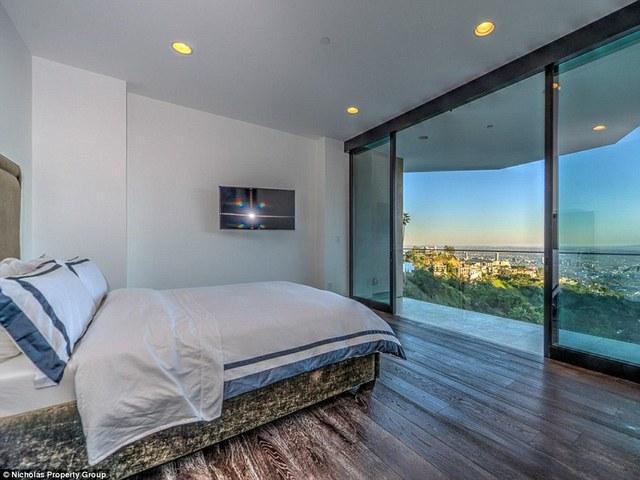 Phòng ngủ hướng ra ngoài ban công - được ốp hoàn toàn bằng kính.