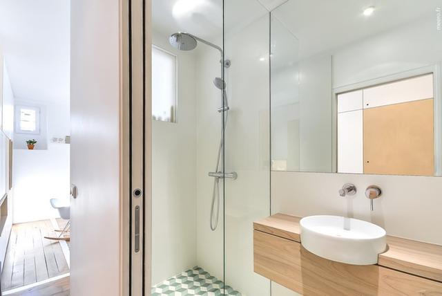 Khu vực vệ sinh thông thoáng được thiết kế các hệ tủ tường tiện dụng.