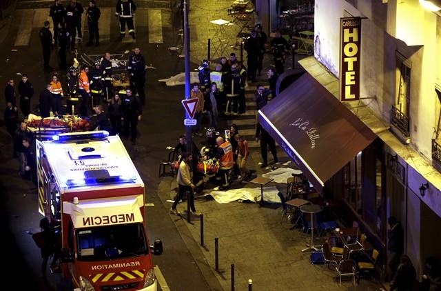 Quang cảnh ở một nhà hàng đã bị tấn công. Cảnh sát đang xử lý những thi thể.