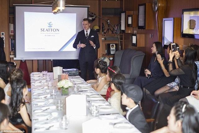 Khóa học do chuyên gia lễ nghi nổi tiếng nước Anh James Seatton trực tiếp giảng dạy.