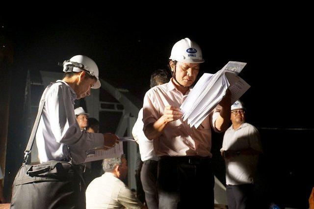 Kỹ sư dùng máy kiểm tra các vị trí, độ cân bằng trên đường tàu nằm trong lòng cầu Ghềnh mới - Ảnh: H.M