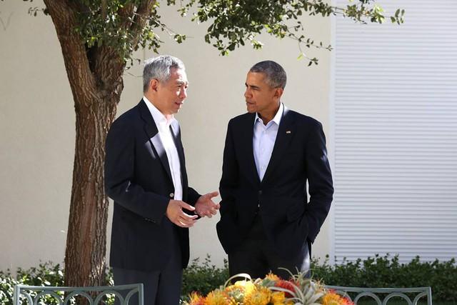 Hai lãnh đạo Singapore và Mỹ có cuộc trò chuyện ngắn trong giờ nghỉ giải lao. Hi vọng ông Obama sẽ có cơ hội ghé thăm Singapore trong năm nay, ông Lý Hiển Long viết.