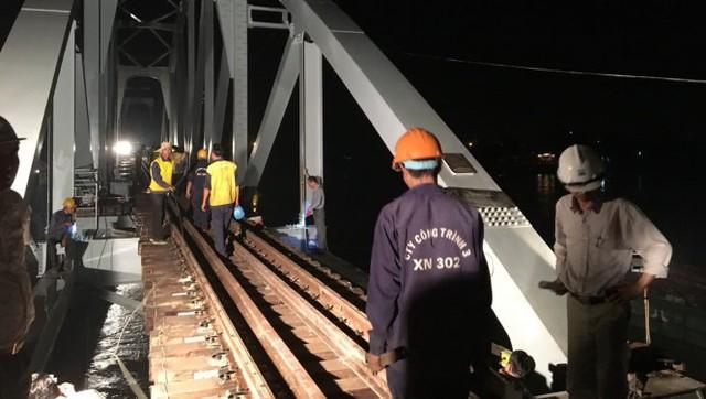 Các kỹ sư rà soát kỹ thuật lần cuối trước khi thử tải tàu hàng trên cầu Ghềnh mới lúc 0g ngày 25-6 - Ảnh: ĐỨC TRONG