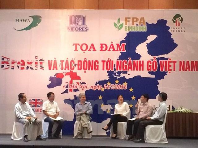 Các đại diện tham gia tọa đàm Brexit và tác động tới ngành gỗ Việt Nam. (Ảnh: Thanh Tâm/Vietnam+)