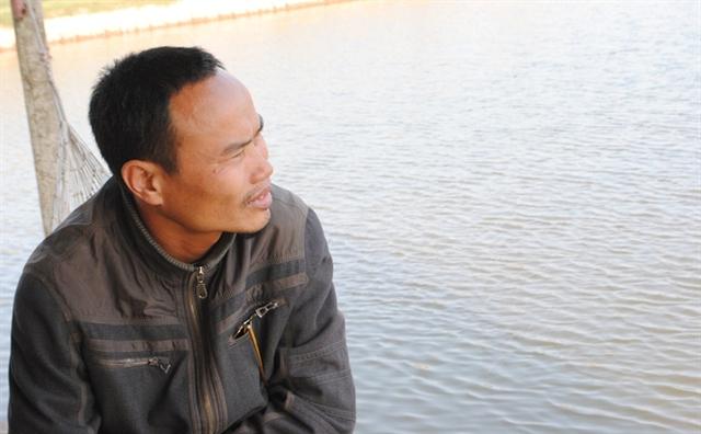 Anh Nguyễn Trọng Tuân, thôn Bình Xuân, xã Thụy Xuân ngồi bên đầm cá như người mất hồn