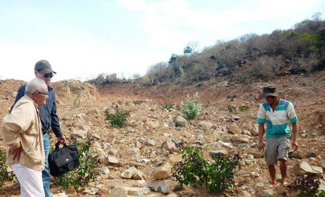 Ông Trần Văn Tiệp (bìa trái) thời còn dò tìm kho báu trên Núi Tàu - Ảnh: NG.NAM