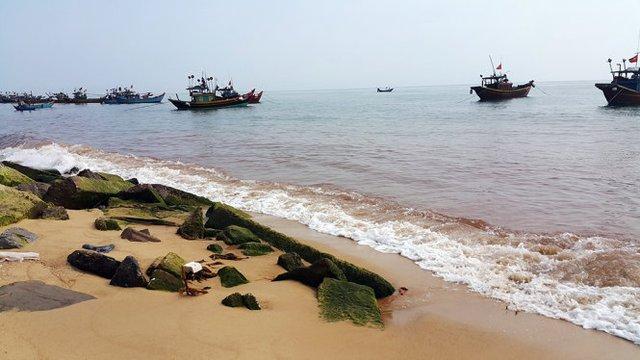 Vệt nước đỏ đục dài 1,5km xuất hiện ở bãi biển xã Nhân Trạch sáng 4-5 - Ảnh: M.P