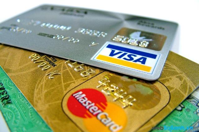 Người thành đạt luôn để mắt đến các khoản phí của ngân hàng như việc họ phải trả bao nhiêu khi sử dụng ATM hay các giao dịch khác.